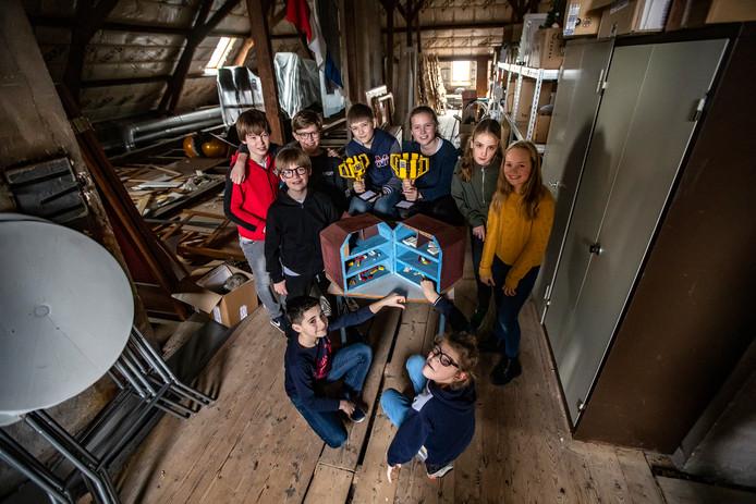 Leerlingen van de Deventer Leerschool die hun stoffige zolder willen omtoveren tot technieklokalen. Met die plannen zijn ze doorgedrongen tot de finale van de Lego League.