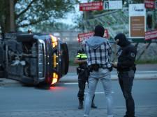 Voertuig arrestatieteam belandt op z'n kant op Erasmusweg na wilde achtervolging