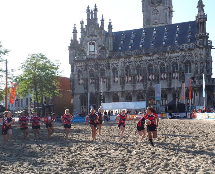 Beachrugby op de Markt in Middelburg