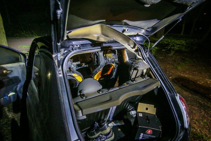 Op de Eenselaarseweg in Helmond hebben vandalen donderdagavond geprobeerd een auto in brand te steken.