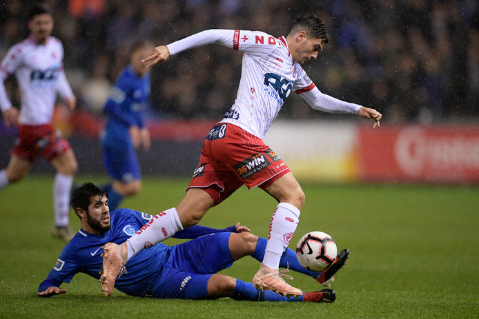 Genk-middenvelder Alejandro Pozuelo probeert de bal af te pakken van Larry Azouni van Kortrijk.