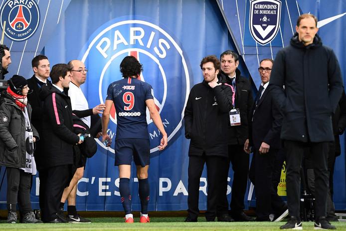 PSG-spits Edinson Cavani verlaat geblesseerd het veld tegen Bordeux.
