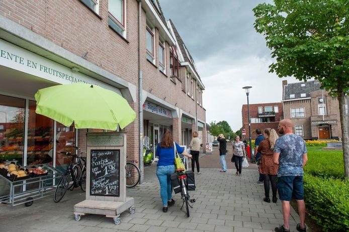 Sprang-Capelle. Bezoekers van de winkels in het centrum van Sprang-Capelle