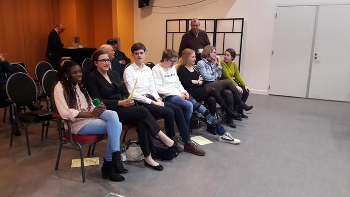 Leden van de jongerenraad op de publieke tribune bij de 'grotemensenraad'