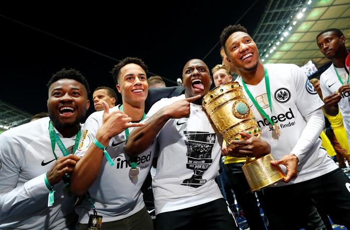 Jonathan de Guzman en Jetro Willems met de DFB-Pokal.