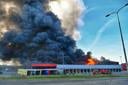 De grote loods stond volledig in brand.