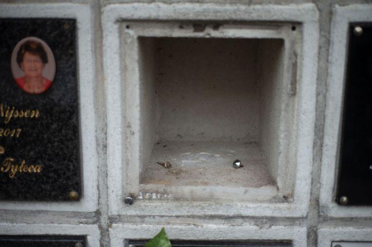 Urne van de overleden broer van Ingrid is gestolen