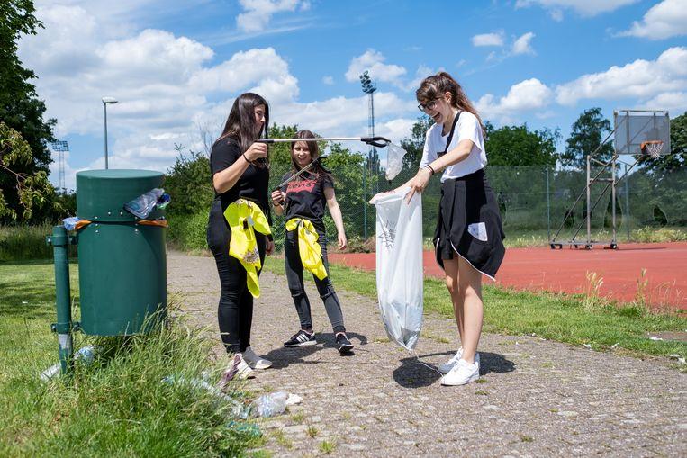 Leerlingen van het GO!-atheneum ruimen de straten in Willebroek.