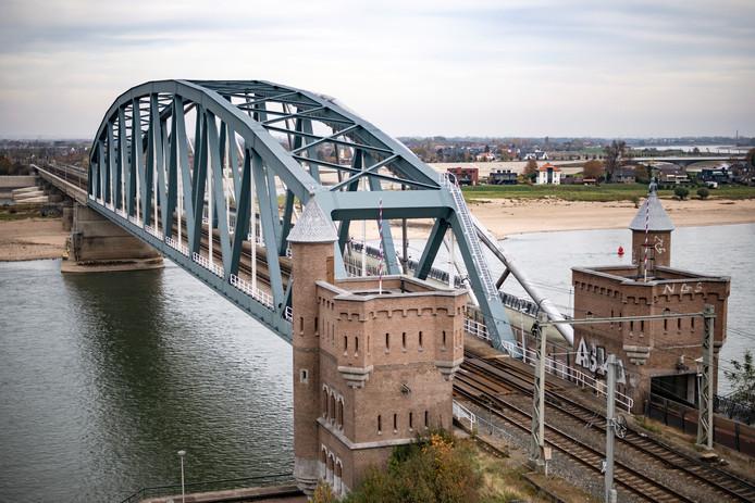 De spoorbrug in Nijmegen.