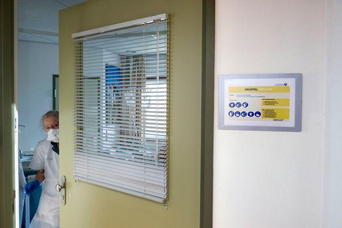 Verpleegkundigen zijn ingepakt tegen besmetting infuenza B. in het St Jansdalziekenhuis in Harderwijk