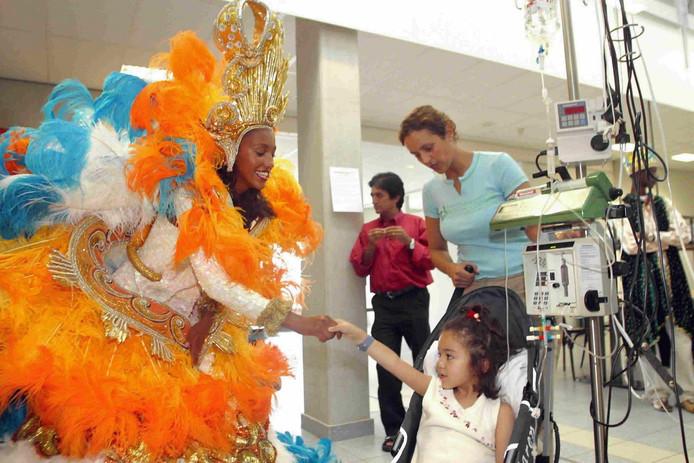 Patricia Tulen, koningin van 2003, bezoekt zieke kinderen in het Sophia Kinderziekenhuis