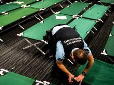 Veldbedden staan klaar voor gestrande reizigers Eindhoven, vluchten maandag hervat