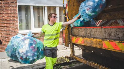 """Schepen Bram Van Braeckevelt is vuilnisman voor één dag: """"Serieus doorperen"""""""