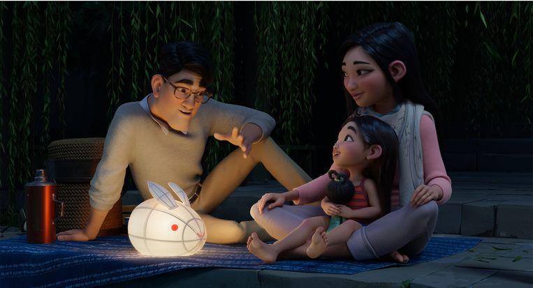 Fei Fei hoort het verhaal van de maangodin in 'Over the Moon'. Beeld Netflix