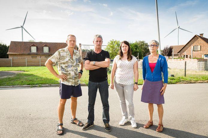 Omwonenden Tony, Peter, Julie en Hilde zijn de slagschaduw van de windturbines beu.
