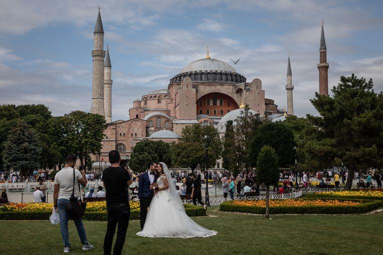 Een bruidspaar poseert voor de Hagia Sophia in Istanbul. Beeld Getty