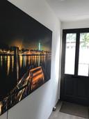 Liefde voor de Deventer Skyline uit zich in vele vormen in Deventer en ver daar buiten. Steffie van Oossanen heeft een foto van Theo Urbach in de hal hangen.