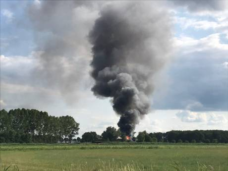 Grote schuurbrand in Den Ham, rookwolken tot in de wijde omgeving te zien