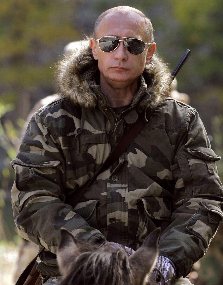 Vladimir Poetin tijdens een fotoshoot in Siberië in 2009 Beeld epa