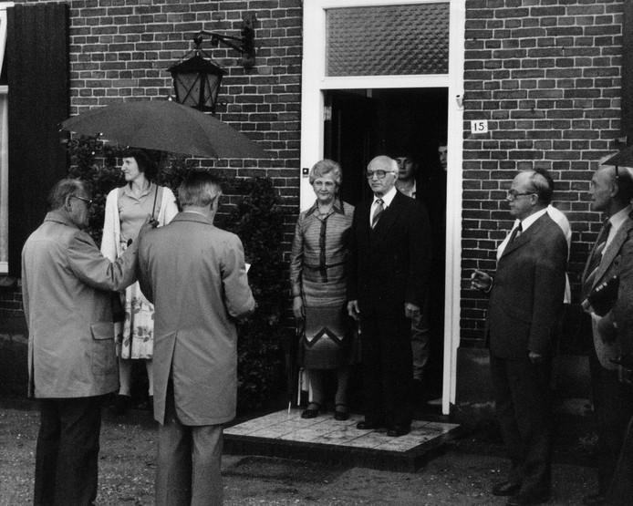 Hanneke en Piet van de Vossenberg in de deuropening van hun boerderij.