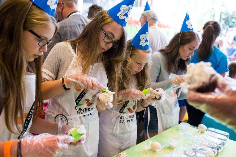 Recordpoging voor het grootste aantal mensen dat tegelijkertijd cupcakes bakt Beeld ap