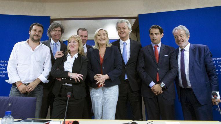 Marine Le Pen (centraal) met onder meer Geert Wilders, VB-voorzitter Tom Van Grieken en VB-europarlementslid Gerolf Annemans.