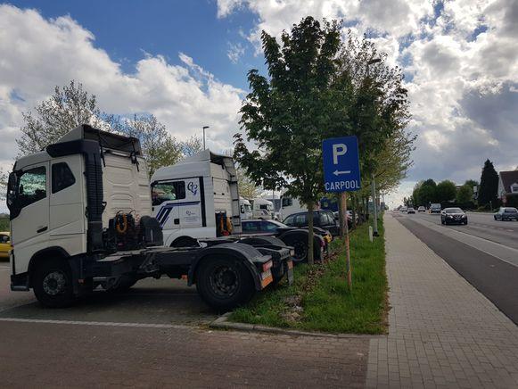 Truckers palmen vaak carpoolparkings in zoals hier in Lembeek tot vorig jaar.  Intussen werd een verbod ingevoerd. Maar de truckers wijken uit naar andere locaties.