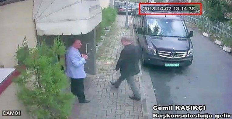Jamal Khashoggi wordt voor een laatste keer gefilmd wanneer hij het consulaat in Istanbul binnenwandelt.
