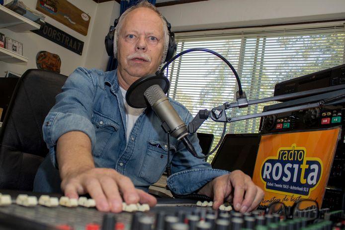 Oprichter Harry Hoesstee van Radio Rosita gaat de nieuwe eigenaren van de radiozender helpen.