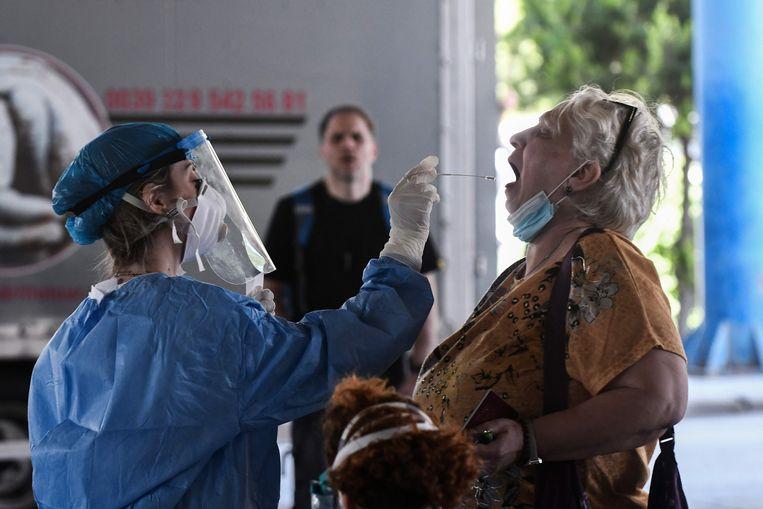Een vrouw ondergaat een coronatest aan de Grieks-Bulgaarse grens.