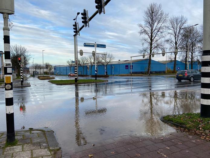 Het water op de Arnhemse kruising, zondagmiddag.