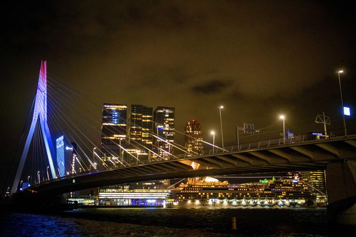 Na het bekendmaken van het thema 'Open Up' kleurde de Erasmusbrug rood-wit-blauw.