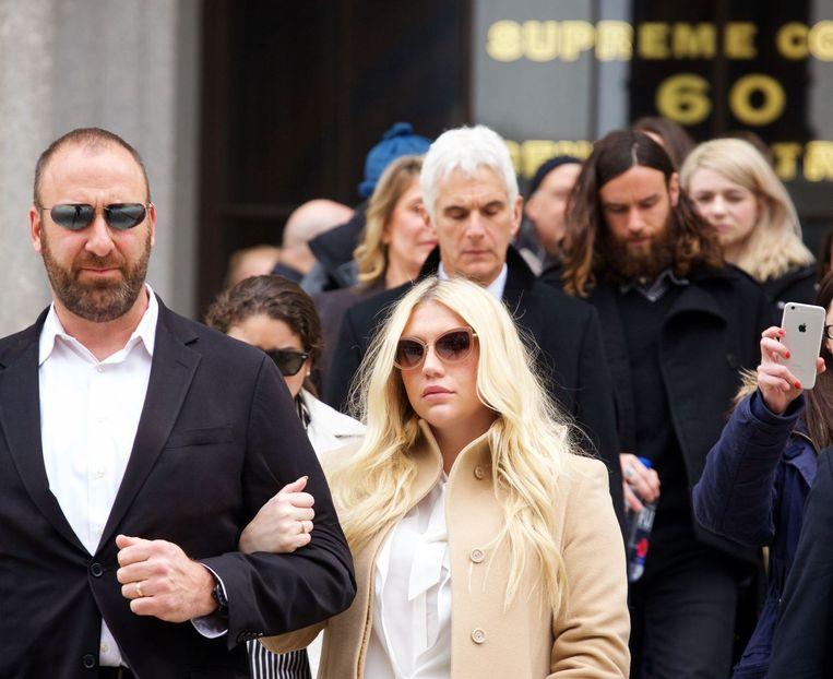 Kesha verlaat de rechtbank.