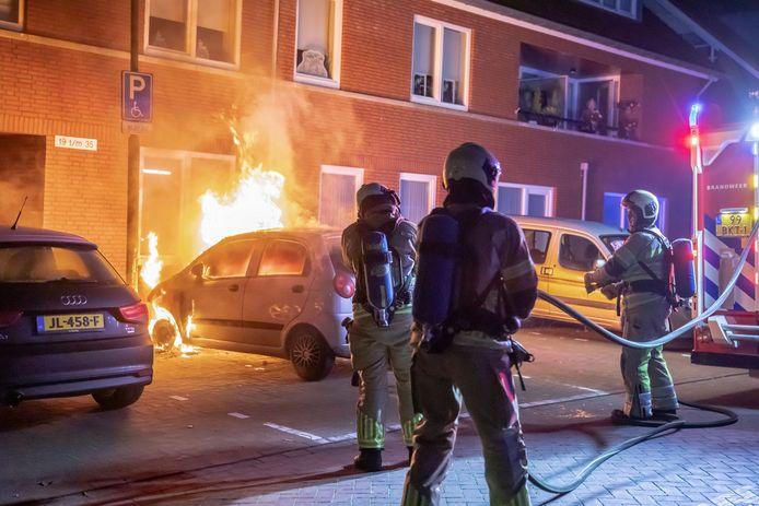 Toen de brandweer arriveerde sloegen de vlammen uit de voorzijde van de auto.
