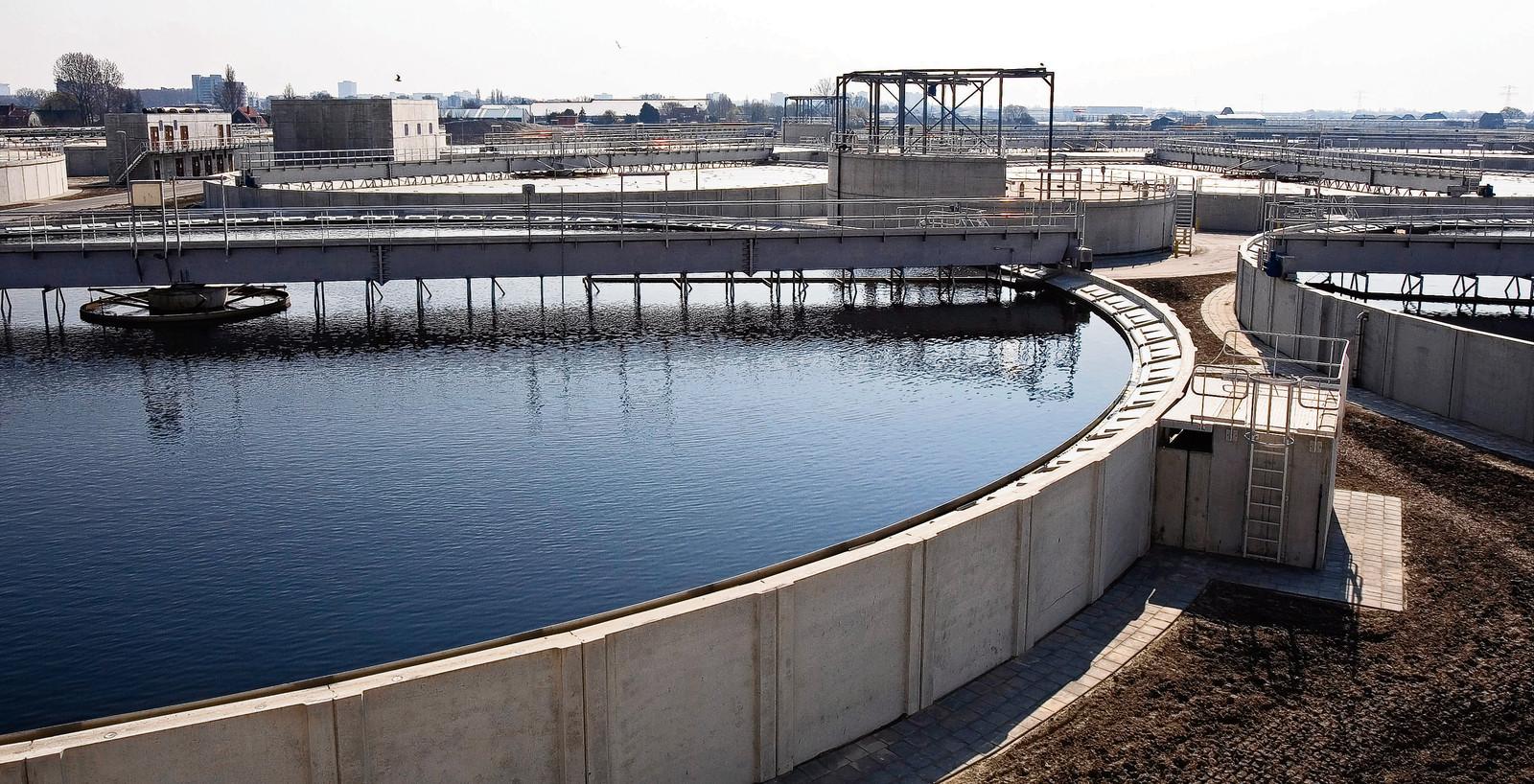 Rioolwaterzuiveringsinstallaties zoals deze bij Den Haag verbruiken veel energie.