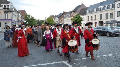 Re-enactors van 'Ninove 1692' op Doorn Noord brengen bezoek aan stadscentrum