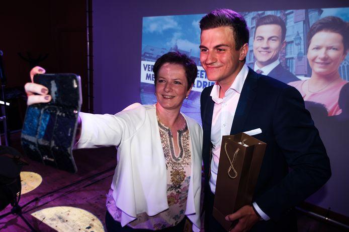 Dries Van Langenhove in café South of Heaven. Hier met Annick Ponthier lijsttrekker voor het Vlaams Belang bij de herverkiezing van de gemeenteraad in Bilzen.