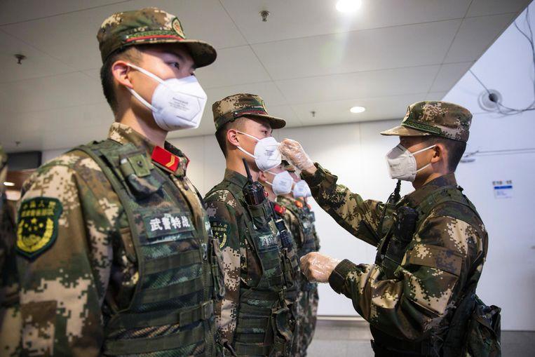 Politie beschermt zich tegen het virus op de luchthaven van Nanning. Beeld Getty Images