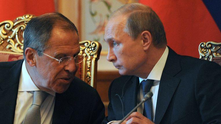 De Russische president Poetin en minister van buitenlandse zaken Sergej Lavrov. Volgens Lavrov werken de EU-sancties juist averechts op de onderhandelingen tussen Moskou en Kiev over een oplossing voor het conflict in Oost-Oekraïne. Beeld ap