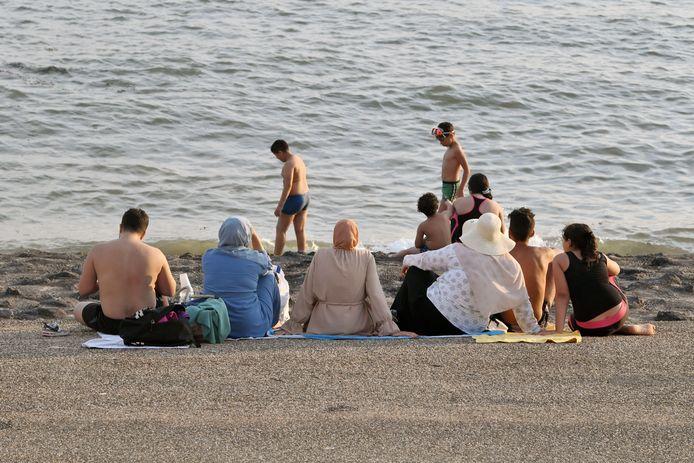 Via sociale media hebben Vlaamse moslims elkaar getipt naar Zeeland te gaan, nu de Vlaamse kust zo ongeveer is afgesloten voor dagjesmensen.