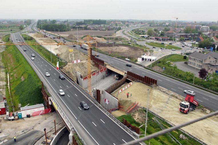 De bezoekers van de Open Wervendag kregen vanuit een rode kraanbak (foto boven) zicht op de werken aan het afrittencomplex van de E40.