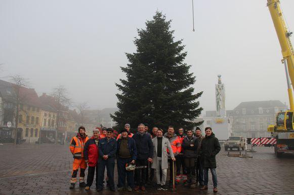 Met een heel team is de kerstboom vakkundig op de Grote Markt geplaatst.