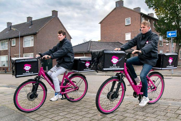 Justin van Weerd (links) en Max van Hees zijn bezorgers van de nieuwste bezorgdienst in Den Bosch: Mr Butler.