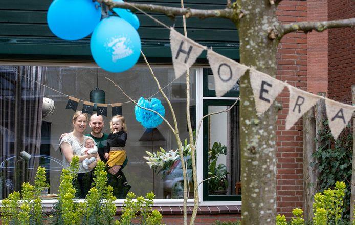 De buurt heeft de tuin van de familie van Donselaar in Veenendaal versierd.