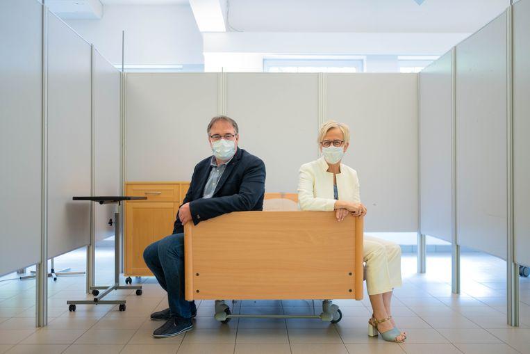Burgemeester van Bonheiden Lode Van Looy en directeur Diane Warnink in de isolatieafdeling van Zonneweelde. Tot op de dag nog ongebruikt.