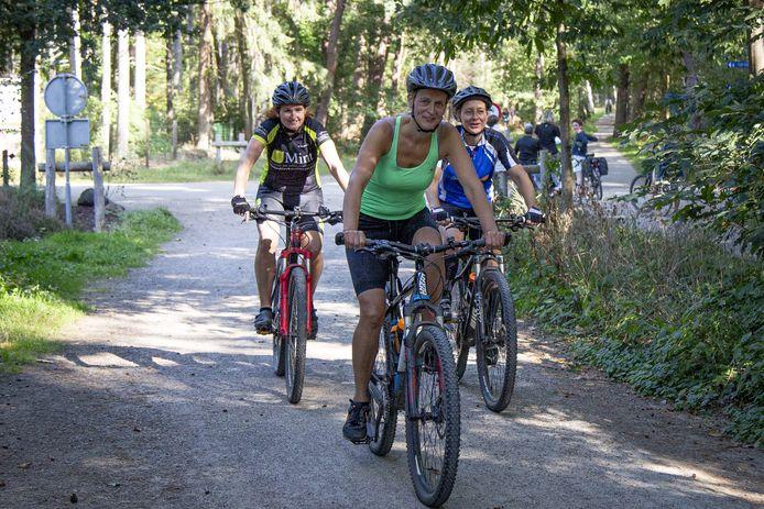 """Samen met Irma Voorhorst (links) en Suzan Schoorlemmer (rechts) maakt Maureen Fakkert zich moe op de Sallandse Heuvelrug. """"Dat ze een omleiding hebben gemaakt is prima. Daar merken wij fietsers niets van."""""""