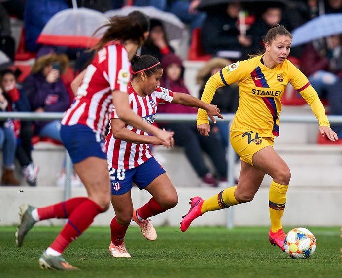 Lieke Martens (links in het geel) als linksbuiten van FC Barcelona in de Spaanse topper tegen Atlético Madrid.