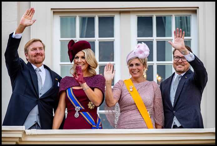 Koning Willem-Alexander zwaait naar het volk met Koningin Maxima, Prinses Laurentien en Prins Constantijn