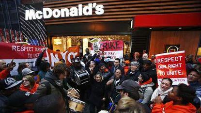 Fastfoodwerknemers in VS staken voor meer loon