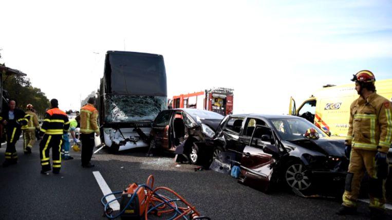 Ter hoogte van het Nederlandse Oirschot is op de snelweg A58 vanmiddag een bus met Belgische nummerplaat met vier personenwagens in botsing gekomen.